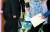 서울구치소에 수감 중인 박근혜 전 대통령이 16일 어깨 통증에 따른 수술과 치료를 위해 서울 서초구 서울성모병원에 도착한 뒤 휠체어를 타고 VIP 병동으로 이동하고 있다. 서울성모병원은 입원, 수술, 회복 재활까지 해야 하기 때문에 길면 3개월까지도 입원할 수 있다고 밝혔다. [연합뉴스]