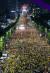 28일 오후 서울 서초구 대검찰청 앞에서 열린 검찰개혁·사법적폐 청산 집회에서 사법적폐청산 범국민시민연대 등 참가자들이 촛불을 들고 검찰 개혁과 공수처 설치를 촉구하고 있다. [뉴스1]