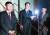 """북·미 실무협상의 북측 수석 대표인 김명길 외무성 순회대사(왼쪽)가 5일 오후(현지시간) 스웨덴 스톡홀름 북한대사관 앞에서 '북·미 실무협상은 결렬됐다""""고 발표하고 있다. [연합뉴스]"""