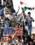 2003년 미국이 이라크를 침공해 사담 후세인 정권을 무너뜨리자 북부 아르빌의 쿠르드족 남자들이 미국 국기인 성조기와 쿠르드족 깃발을 들고 진주하는 미군을 환영하고 있다. 성조기에 실베스터 스탤론이 주연을 맡았던 할리우드 영화 '로키'의 사진이 그려져 있다. 아르빌은 쿠르드 자치구의 주도로 대한민국의 자이툰 부대가 2004~2008년 주둔한 인연이 있다. [로이터=연합뉴스]