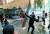 칠레 산티아고에서 지난달 29일(현지시간) 시위대가 물대포 차량을 공격하고 있다. 세바스티안 피녜라 칠레 대통령은 지난달 30일 기자회견을 열고 11월 아시아·태평양경제협력체(APEC) 정상회의와 12월 유엔 기후변화협약 당사국 총회의 개최를 포기한다고 발표했다. [AP=연합뉴스]