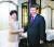 시진핑 중국 국가주석(오른쪽)이 4일(현지시간) 상하이에서 캐리 람 홍콩 행정장관을 만나 악수하고 있다. 시 주석은 경질설이 나돌던 람 장관에 대한 재신임 의사를 밝혔다. [신화=연합뉴스]