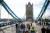 차량 통행이 금지되자 시민들이 런던 타워브리지를 걸어서 건너고 있다. [로이터=연합뉴스]