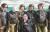 김정은 국무위원장이 원산갈마비행장에서 열린 '조선인민군 항공 및 반항공군 비행지휘성원들의 전투비행술경기대회-2019'를 참관했다고 조선중앙TV가 16일 보도했다. 김 위원장이 참가자들과 기념사진을 찍고 있다. [연합뉴스]