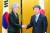 강경화 외교부 장관(왼쪽)과 모테기 도시미쓰 일본 외무상이 지난 23일 일본에서 열린 회담에서 다음달 한·중·일 정상회담을 계기로 한·일 정상회담 성사를 조율하기로 합의했다. [연합뉴스]