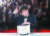 봉준호 감독이 영화 '기생충'으로 25일(현지시간) 프랑스 칸에서 열린 제72회 칸 영화제에서 최고상인 황금종려상을 받은 뒤 사진 촬영을 하고 있다. [칸 EPS=연합뉴스]