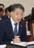 박능후 보건복지부 장관이 2일 국회에서 열린 보건복지위 전체회의에서 의원 질의에 답변하고 있다. [연합뉴스]