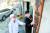 원상덕 진산막걸리 대표(왼쪽)가 충남 금산군 진산면에 있는 양조장에서 고급 막걸리 사업을 제안한 이경일씨에게 1927년 창업 때 걸어둔 주조장(酒造場) 현판을 소개하고 있다. 프리랜서 김성태