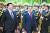 중국을 방문한 문재인 대통령이 2017년 12월 14일 베이징 인민대회당에서 열린 공식 환영식에서 시진핑 중국 국가주석과 함께 의장대를 사열하고 있다. 공식적으로는 '사드 갈등'이 봉합됐다지만 현장에서는 중국의 부당한 제재가 유지되고 있다. [AP=연합뉴스]