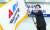 29일 오후 국회 의원회관에서 열린 '새로운 보수당' 서울특별시당 창당대회에서 유승민 의원이 시당 기를 흔들고 있다. [뉴스1]