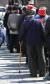 무료 급식을 받기위해 줄지어 서 있는 노인들. [연합뉴스]