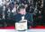 황금종려상 수상한 봉준호 감독  (칸[프랑스] EPA=연합뉴스) 봉준호 감독이 영화 '기생충'으로 25일(현지시간) 프랑스 칸에서 열린 제72회 칸 영화제에서 최고상인 황금종려상을 받은 뒤 사진 촬영을 하고 있다. [연합뉴스]