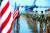 미국 노스캐롤라이나주 캠프 브레그에서 지난 4일 미 육군 제82공수사단 소속 병력이 중동 이동을 위해 민간 여객기로 향하고 있다. [AFP=연합뉴스]