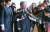지난 2017년 11월 7일 김관진 전 국방부장관이 군 사이버사령부의 정치공작을 지시한 혐의 등으로 서울중앙지검에 출두하고 있다. [중앙포토]