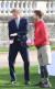 영국 해리 왕자가 16일(현지시간) 런던 버킹엄 궁에서 열린 럭비리그 월드컵 조 추첨 행사에 참석해 정원에서 럭비리그 월드컵 대사인 제임스 심슨과 이야기를 나누고 있다. [로이터=연합뉴스]