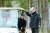 전명준 ㈜남이섬 사장(오른쪽)이 산책로를 청소하던 70대 직원과 이야기를 나누고 있다. 남이섬은 1차 정년 60세를 넘는 직원도 심사를 거쳐 2차 정년 80세까지 일할 수 있다. 최정동 기자