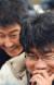 '살인의 추억' 현장에서 모니터로 촬영분을 보고 있는 봉준호 감독(앞). 그 뒤로 주연 송강호가 웃고 있다. [중앙포토]