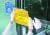 25일 오후 울산시 남구 무거동 신천지교회 출입문에 시 관계자들이 폐쇄명령서를 붙이고 있다. 연합뉴스.