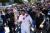 지난 13일 그리스 스파르타에서 영화 '300'의 주인공을 맡았던 영화배우 제라드 버틀라가 도쿄올림픽 성화봉송 주자로 나선 가운데 이를 보기 위한 군중들이 모여 들고 있다. 그리스 올림픽위훤회는 이날 신종 코로나바이러스 감염증(코로나19) 확산이 우려된다며 그리스 내 나머지 성화봉송을 모두 중단했다. [로이터=연합뉴스]