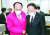 17일 '코로나19 추경안' 논의를 위해 미래통합당 원내대표실을 방문한 홍남기 부총리(오른쪽)가 추경호 의원과 대화하고 있다. [연합뉴스]
