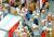코로나19 여파는 사회적 약자에게 더욱 가혹하게 들이닥치고 있다. 사진은 온라인 쇼핑이 늘며 일감이 급증한 택배 물류센터. [연합뉴스]