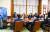 청와대 참모진들이 26일 밤 청와대에서 문재인 대통령의 코로나19 극복을 위한 주요 20개국(G20) 특별 화상정상회의를 지켜보고 있다. [사진 청와대]
