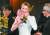 지난달 9일 아카데미 시상식에서 트로피를 든 젤위거 뒤로 '기생충'의 봉준호 감독과 제작자 곽신애 대표가 보인다. [AP=연합뉴스]
