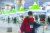 지난달 26일 오후 인천국제공항 제2터미널 옥외공간에 설치된 개방형 선별진료소(오픈 워크스루)에서 영국 런던발 여객기를 타고 입국한 무증상 외국인들이 코로나19 진단검사를 받은 뒤 진료소를 나서고 있다. 뉴스1