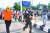 7일 인도 남부 LG 폴리머스 공장 인근에서 가스 중독으로 쓰러진 주민을 이송하는 구조대. AFP=연합뉴스