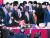 지난해 12월 27일 국회 본회의에서 문희상 국회의장이 공직선거법 개정안 가결 선포를 위해 의사봉을 두드리는 동안 자유한국당 심재철 원내대표가 항의하다 제지당하고 있다. 김경록 기자