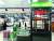 소비자가 주문한 바로배송 물건을 롯데마트 쇼핑마스터가 골라 리프트에 태우는 모습. 문희철 기자.