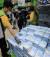 7일 오전 서울 노원구 이마트 트레이더스 월계점에서 시민이 줄을 서서 일회용 마스크를 사고 있다. 뉴스1