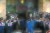 15일 상임위원장 선출 표결 강행 처리에 항의하는 미래통합당 의원들 사이로 더불어민주당 의원들이 본회의장에 입장하고 있다. 오종택 기자