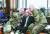 """로버트 에이브럼스 주한미군사령관(왼쪽)이 지난해 11월 99세 생일을 맞은 백선엽 장군을 축하하고 있다. 에이브럼스 사령관은 '백 장군은 진정한 전사이자 지도자이며 오늘날에도 영감을 준다""""고 밝혔다. 국내에서 친일파 논란으로 전쟁 영웅 백선엽에 대한 평가가 희석되고 있는 것과 대조적이다. [연합뉴스]"""