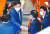 김태년 더불어민주당 원내대표(왼쪽 둘째)가 29일 국회에서 열린 본회의에서 상임위원장 선출 투표를 마치고 의원들과 인사를 나누고 있다. [뉴스1]