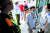 지난 5월 베트남 보건당국 직원이 축구장에 입장하는 팬의 체온을 재고 있다. [로이터=연합뉴스]