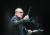 엔니오 모리코네가 2017년 헝가리 부다페스트 공연에서 지휘하고 있다. [AP=연합뉴스]