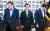 지난달 28일 주호영 미래통합당 원내대표(오른쪽)가 박병석 국회의장(가운데)을 사이에 두고 김태년 더불어민주당 원내대표와 국회 청사 의장실에서 원 구성관련 회동을 하고 있다. 두 원내대표의 표정이 밝지 않아 보인다. [뉴시스]