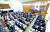서울시의회 의원들이 14일 오후 서울 중구 서울특별시의회에서 열린 임시회 본회의에서 고 박원순 전 서울시장을 추모하며 묵념하고 있다. [뉴시스]