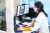 러시아 모스크바 원격진료센터에서 화상 전화를 통해 코로나19 환자와 상담하는 의료진. [타스=연합뉴스]