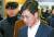 비서에게 성폭력을 행사한 혐의로 기소된 안희정 전 충남지사가 지난해 1월 서울 서초구 서울고등법원에서 열린 항소심 속행공판에 출석하며 법정으로 향하고 있다. 연합뉴스