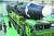 2017년 11월 이동식 발사대에 실린 ICBM급 화성-15형을 살펴보는 김정은 북한 국무위원장(왼쪽 아래). 북핵을 외면하면 한국 생존이 위태로워진다고 전문가들은 지적한다. [중앙포토]