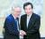 이낙연 민주당 의원(오른쪽)과 이재명 경기지사가 지난달 30일 수원 도청 청사에서 만나 밝은 표정으로 악수하고 있다. 임현동 기자