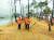 지난해 도로공사에 직고용된 고속도로 요금수납원이 영업소 주변을 청소하고 있다. [중앙포토]