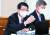 은성수 금융위원장이 25일 국회 정무위 전체 회의에서 의원 질의에 답하고 있다. [뉴스1]