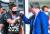로베르트 레반도스프스키(왼쪽)와 주먹을 맞대는 마르쿠스 죄더 바이에른주 총리. [EPA=연합뉴스]