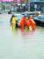 7일 경남 양산시 삼호동 주차장에서 소방대원들이 침수된 차량을 밀어올리고 있다. [뉴스1]