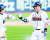 두산 박세혁(오른쪽)이 20일 서울 잠실에서 열린 LG전에서 9회 말 2사에서 끝내기 안타를 치고 허경민과 하이파이브 하고 있다. [연합뉴스]