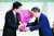 지난 9월 14일 일본 자민당 총재에 당선한 스가 요시히데가 아베 신조 당시 총리로부터 꽃다발을 받고 있다. 스가는 7년 8개월간 총리 비서실장 격인 관방장관으로 아베를 모시고 그의 후광으로 총리에 올랐다. 앞으로 스가 자신만의 정치를 어떻게 펼칠지 관심이 쏠린다. 로이터=연합뉴스