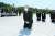 김종인 국민의힘 비상대책위원장이 8월 19일 오전 광주 북구 국립5·18민주묘지에서 무릎 꿇고 참배하고 있다. [뉴스1]